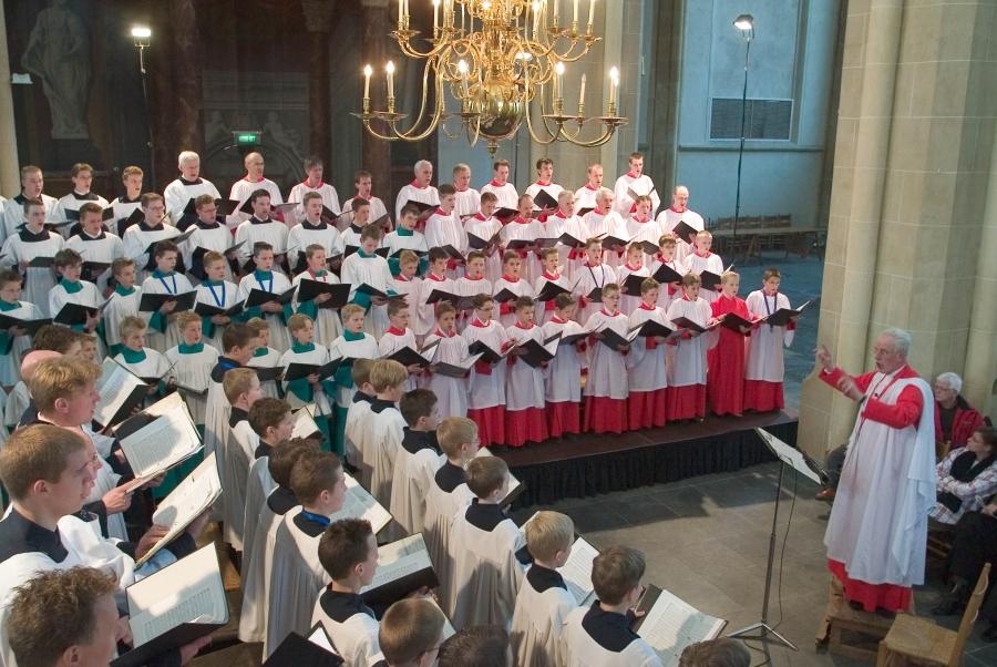Bouwe Dijkstra dirigeert het Roder Jongenskoor, het Kampen Boys Choir en het Martini Jongenskoor Sneek